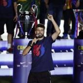Gerard Piqué celebrando el triplete de su equipo