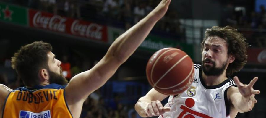 Sergio Llull pasando un balón