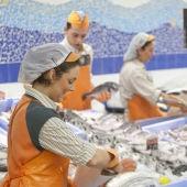Trabajadores en la pescadería de Mercadona