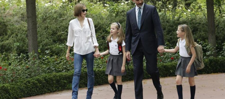 El Rey Felipe VI recibido en el Palacio de la Zarzuela por la reina Letizia y sus hijas Leonor y Sofía a su regreso de Aquisgrán