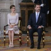 El Rey Felipe VI acompañado de doña Letizia