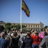 Primer izado solemne de bandera por la proclamación del Rey