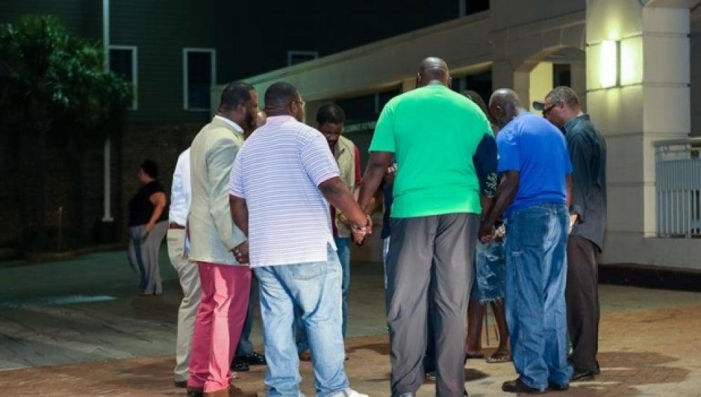 Asistentes de una iglesia conversan entre ellos cerca del lugar del tiroteo