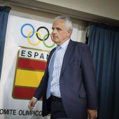 José Luis Escañuela, presidente de la RFET junto a Gala León, capitana del equipo de Copa Davis