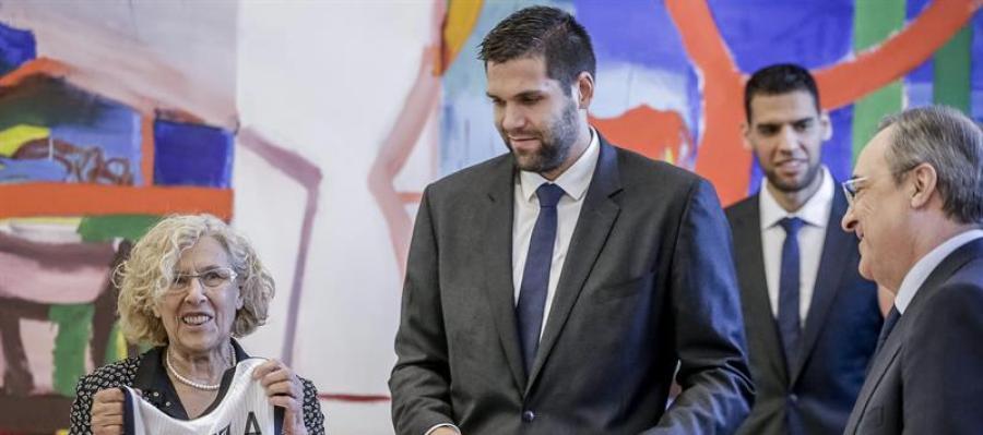 Felipe Reyes, junto a Florentino Pérez y la alcaldesa Manuela Carmena