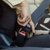 Una mujer se coloca el cinturón de seguridad