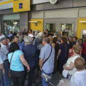 Pensionistas a las puertas de una sucursal bancaria