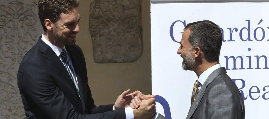 El Rey Felipe VI felicita a Pau Gasol al que le ha entregado el premio Camino Real del Instituto Franklin-UAH.