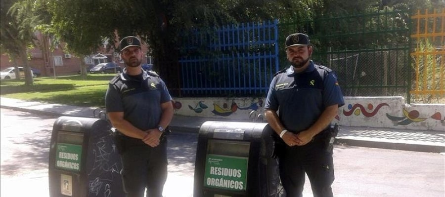Los dos Guardias Civiles junto al contenedor donde encontraron al bebé