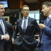 El presidente del Eurogrupo, con el ministro finlandés de Finanzas y el titular británico de Economía