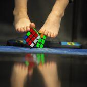 Resuelve el cubo de Rubik con los pies