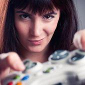 Una mujer jugando a un videojuego
