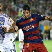 Luis Suárez disputa un balón con un jugador de Los Ángeles Galaxy