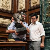 Retirada del busto del rey Juan Carlos del Ayuntamiento de Barcelona
