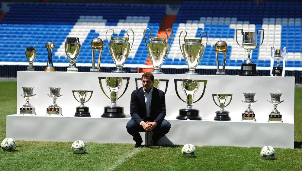 Casillas se despide del Madrid posando con todos los títulos que logró con la camiseta blanca.