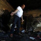 Un palestino comprueba los daños producidos tras el incendio