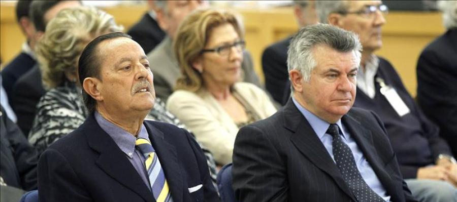 El ex alcalde de Marbella, Julián Muñoz (i), y el asesor urbanístico, Juan Antonio Roca (d), durante el juicio por el caso Saqueo II, en 2013