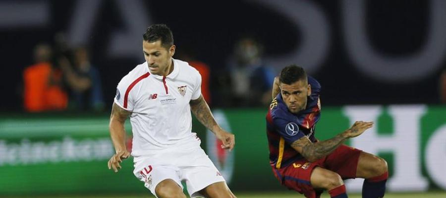 Víctor Vitolo lucha por el balón con el defensa brasileño Dani Alves
