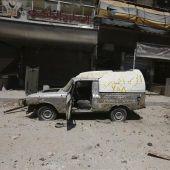 Una calle siria destruida por un ataque con cohetes.