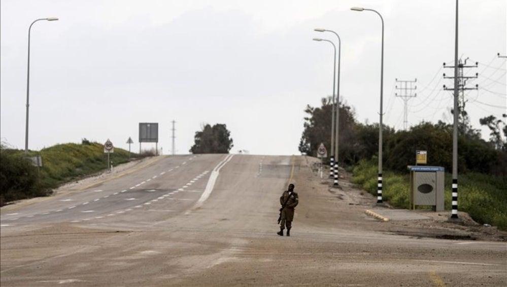 Un soldado israelí custodia una carretera en Israel
