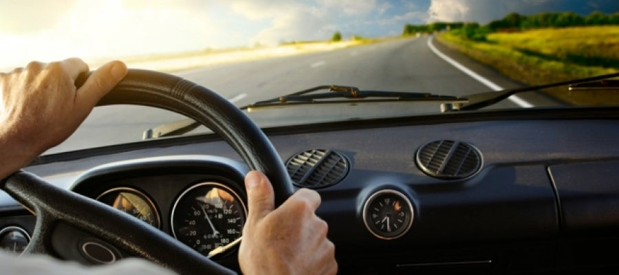 conductor al volante de un coche