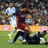Kameni ataja un balón por el que pelea Luis Suárez
