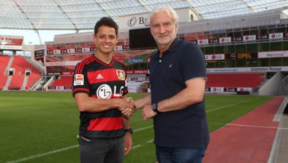Chicharito posa con su nueva camiseta del Leverkusen