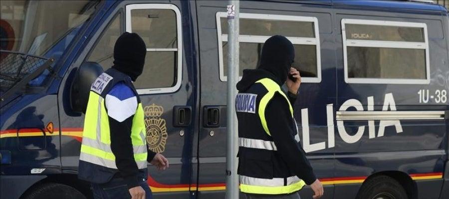 Agentes de la Policía Nacional española durante una actuación contra Estado Islámico