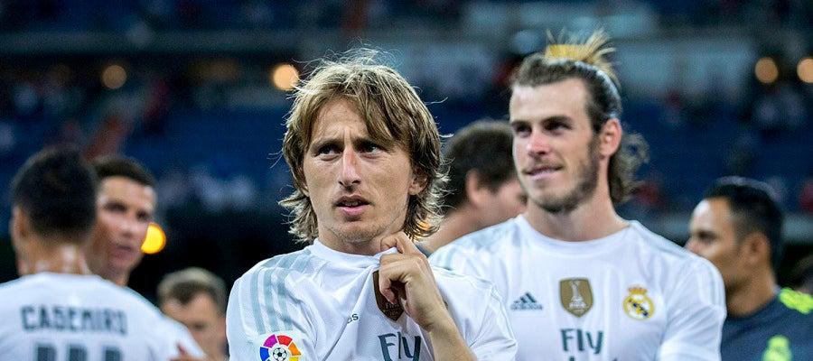 Modric observa la grada después de disputar el Trofeo Santiago Bernabéu