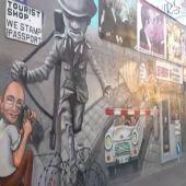 Frame 33.334035 de: Parada en el Muro de Berlín antes de que comience el Eurobasket