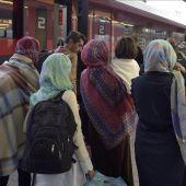 Un grupo de refugiados a su llegada a la estación de trenes de Viena.