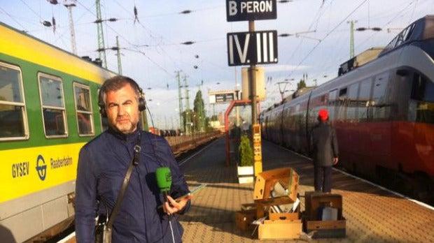 Carlos Alsina en el andén número 5 de la estación húngara de Hegyashalom