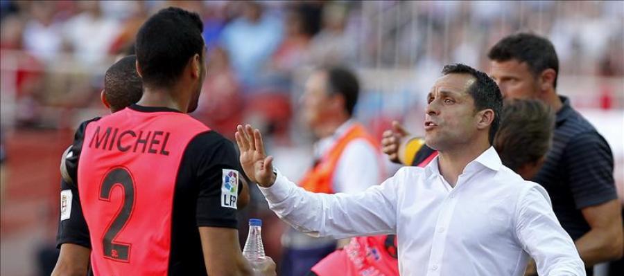 Michel, jugador del Almería junto a su entrenador Sergi Barjuan