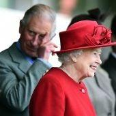 Carlos de Inglaterra con Isabel II