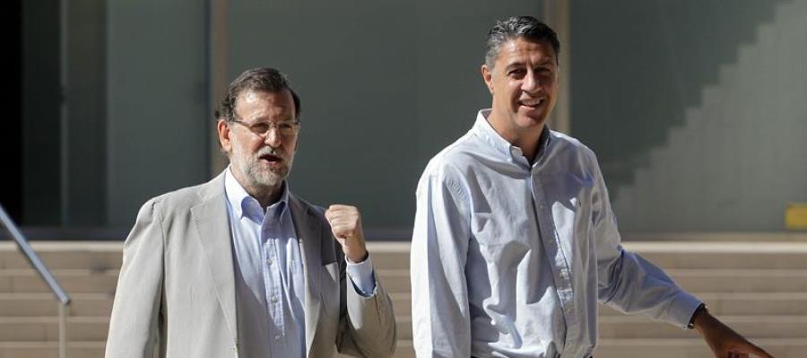 El presidente del Gobierno, Mariano Rajoy, junto al candidato del PPC a la Generalitat, Xavier García Albiol
