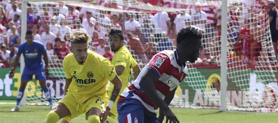 Success intenta regatear a Samu Castillejo en el partido ante el Villarreal