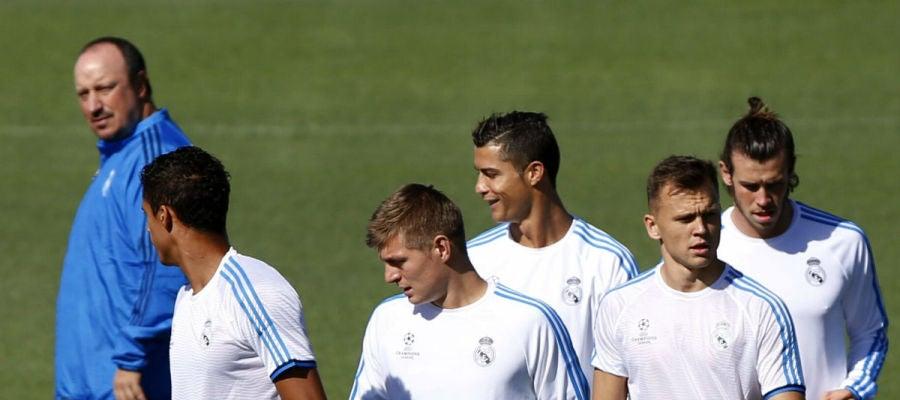 Rafa Benítez observa a sus jugadores durante el entrenamiento