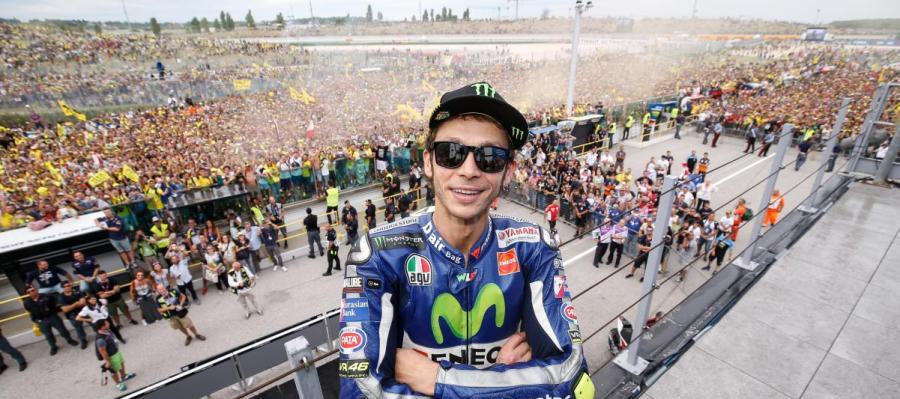 Valentino Rossi en el podio de Moto GP
