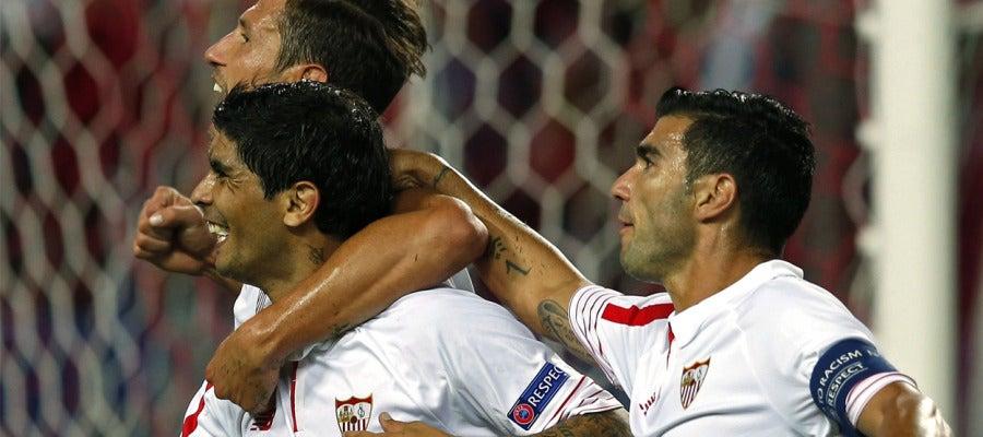 El Sevilla celebra el gol de Banega