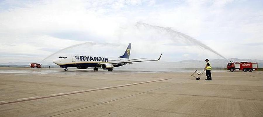Aterrizaje del primer avión en el aeropuerto de Castellón