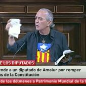 Frame 15.402434 de: Un diputado de Amaiur rompe la Constitución en el Congreso