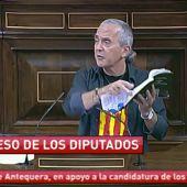 Frame 12.031816 de: Un diputado de Amaiur rompe la Constitución en el Congreso