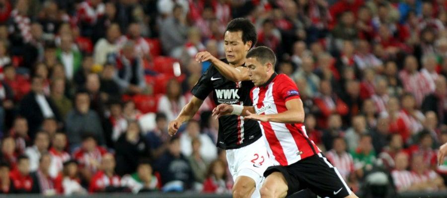 Muniain controla el balón ante la presión rival