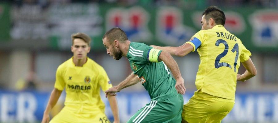Los jugadores del Villarreal intentan recuperar la posesión del balón