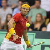 Rafa Nadal golpea la bola en el partido de Copa Davis ante Dinamarca