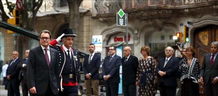 El presidente de la Generalitat, Artur Mas, encabeza la ofrenda floral que realizan los miembros del Gobierno catalán con motivo de la Diada.