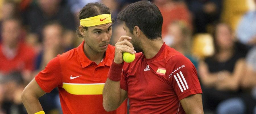 Nadal y Verdasco dialogan en un momento del partido