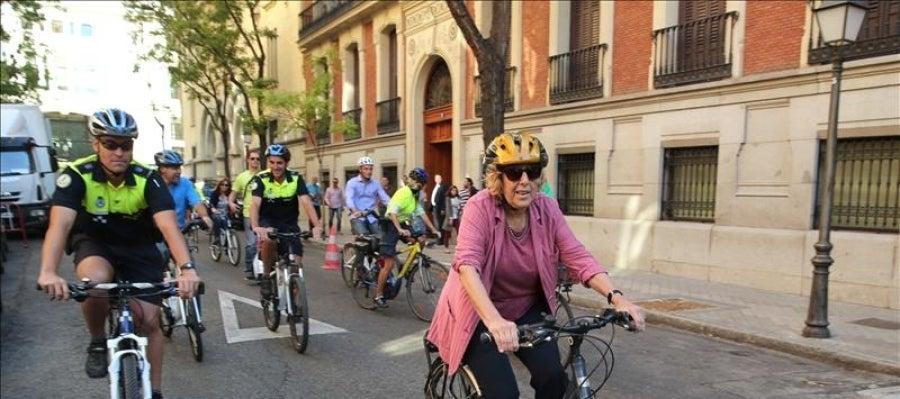 Manuela Carmena montando en bici por las calles de Madrid