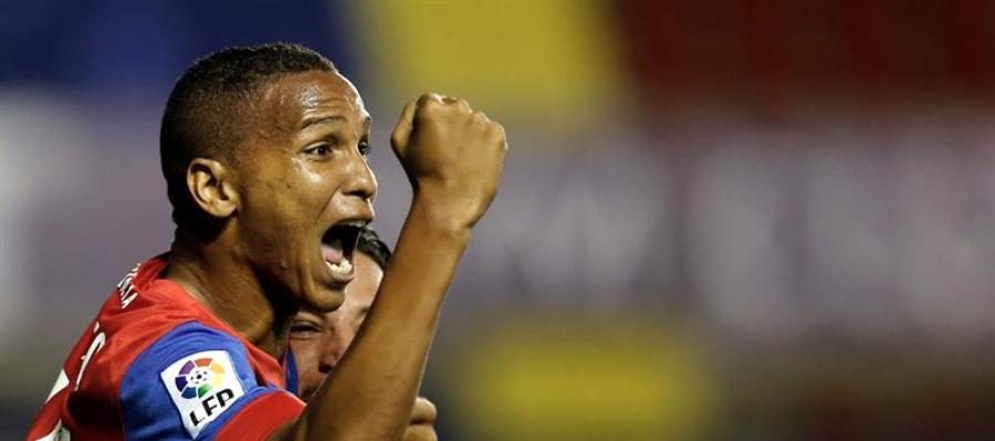 El delantero brasileño del Levante Deyverson Silva celebra el gol marcado ante el Eibar