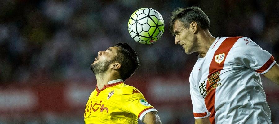 Amaya intenta despejar un balón en el partido ante el Sporting